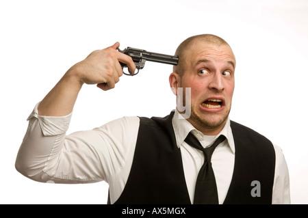Junger Mann mit Spielzeugpistole an die Schläfe - Stockfoto