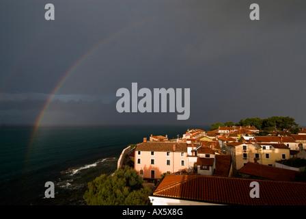 Regenbogen über Novigrad in den Morgen, Istrien, Kroatien, Europa - Stockfoto