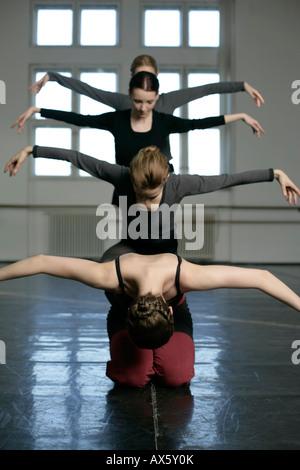 Weibliche Ballett-Tänzer, die Ausübung - Stockfoto