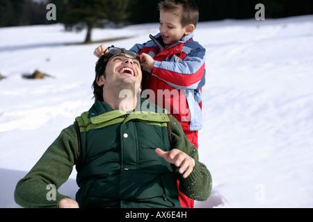 Jungen Vaters Brille abnehmen - Stockfoto
