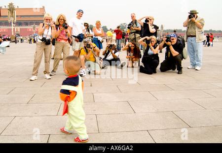 China Beijing Tiananmen Square Touristen fotografieren lokalen Baby in Peking verbotene Stadt - Stockfoto