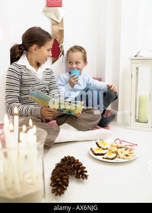 Teenager-Mädchen im Gespräch mit ihrem Bruder - Stockfoto