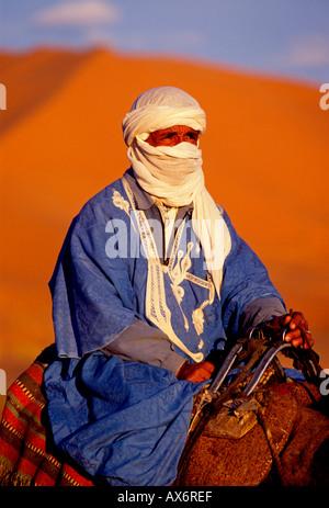 1, 1, Marokkaner, Berber Mann, reiten Kamel, Erg Chebbi, in der Nähe der Stadt von Merzouga, Errachidia Provinz, - Stockfoto