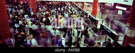 Schlange vor dem verkehrsreichsten Grenzübergang in der Welt der Lo Wu Grenze zwischen Shenzhen Chian und Hong Kong - Stockfoto