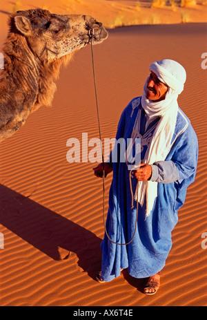 1, 1, Marokkaner, Berber Mann, Camel, Erg Chebbi, in der Nähe der Stadt von Merzouga, Errachidia Provinz, Marokko, - Stockfoto