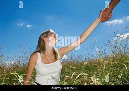 Frau im Feld oben geholfen - Stockfoto