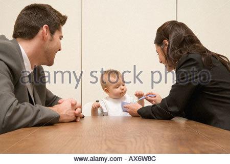 Eltern füttern Babys im Sitzungsraum - Stockfoto