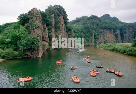Touristen zu schweben, ein Fluss in Schlauchbooten in Vietnam für Leaisure und Erholung - Stockfoto