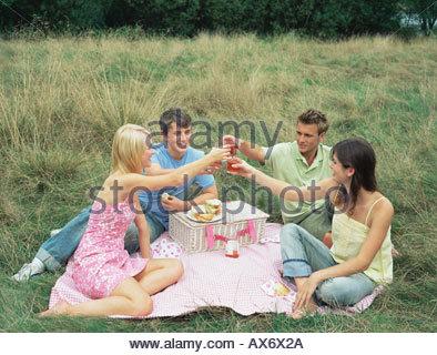 Freunde, die einen toast - Stockfoto