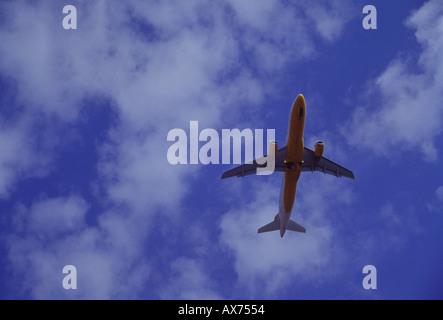 Paket-Urlaub-Flugzeuge dem Start vom Flughafen auf Lanzarote Kanarische Inseln - Stockfoto