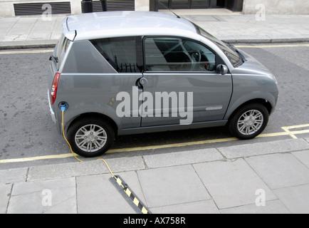 Elektro-Auto eingesteckt zum Aufladen auf Straße (Queen Anne Tor), City of Westminster, London SW1, Wettsektor - Stockfoto