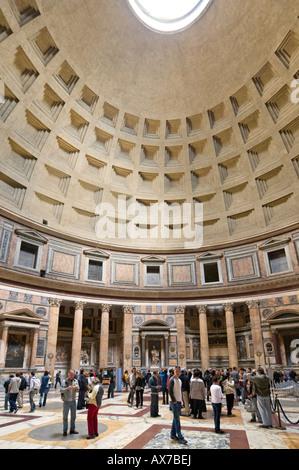 Innenraum des Pantheon, Piazza della Rotonda, Altstadt, Rom, Italien - Stockfoto