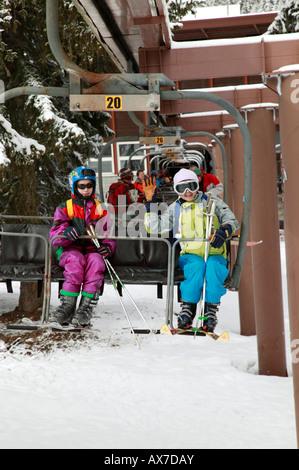 Mutter und Tochter Reiten der Plan Joran-Sesselbahn im Skigebiet Argentiere, Frankreich. - Stockfoto