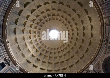 Gewölbte Dach des Pantheon, Piazza della Rotonda, Altstadt, Rom, Italien - Stockfoto