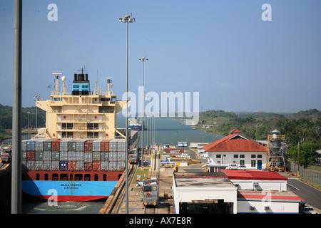 Schiff von Maersk im Gatun Schleusen auf der karibischen Seite des Panamakanals, Republik Panama. - Stockfoto