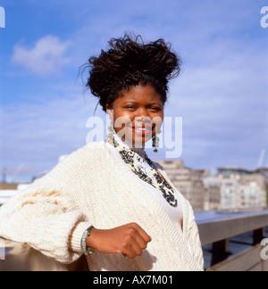 Schwarzafrikaner Teenager Mode Student Vintage-Kleidung-Tragevariante posiert auf London Bridge in London England - Stockfoto