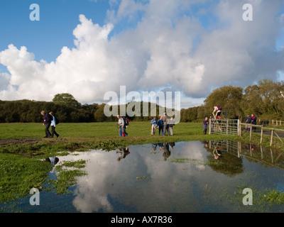 Gruppe von WANDERERN auf öffentlichen Fußweg wandern durch Feld Llanddona Isle of Anglesey North Wales UK - Stockfoto