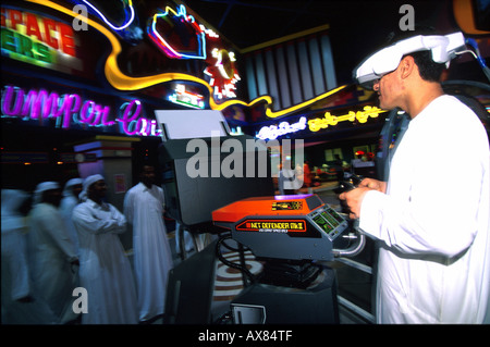 Einheimische Mit 3-d-Comp.Spiel, Deira City Centre, Dubai VAE, Asien - Stockfoto