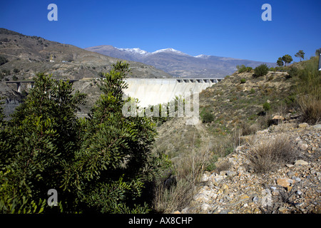 Die Regeln dam oder Presa de Regeln über den Fluss Rio Guadalfeo bei Velez de Benaudalla, Las Alpujarras, Provinz - Stockfoto