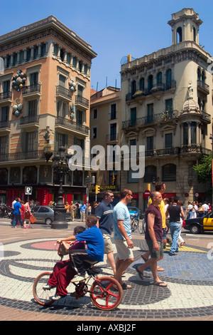 Barcelona Ramblas Mosaik von Joan Miro Menschen Kinder mit dem Fahrrad - Stockfoto