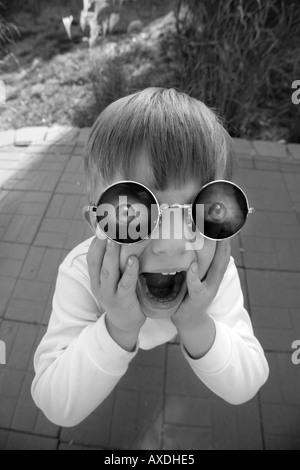 Kind trägt lustige Brillen - Stockfoto