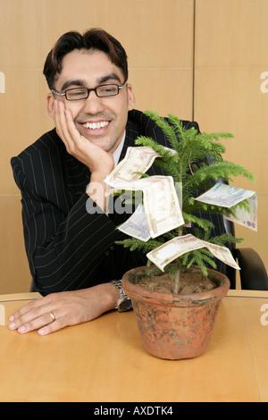 Geschäftsmann gerade eine Anlage von Geld und lächelnd - Stockfoto
