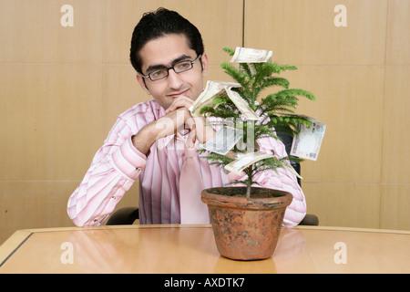 Unternehmer, die gerade einer Anlage von Geld - Stockfoto