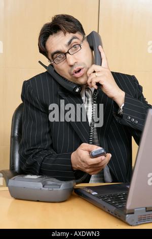 Porträt eines Geschäftsmannes Gespräch am Telefon in einem Büro - Stockfoto