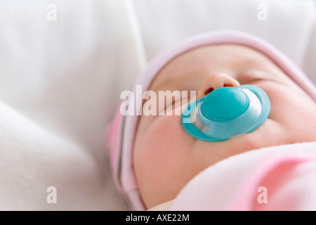 baby mit auf dem r cken liegend tr ster stockfoto bild 19075048 alamy. Black Bedroom Furniture Sets. Home Design Ideas