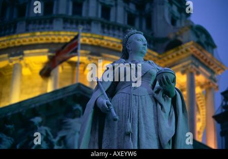 Statue von Königin Victoria steht vor der Belfast City Hall im Zentrum Stadt, Nordirland. - Stockfoto