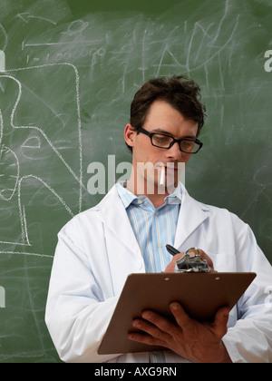 Mann im Labor Mantel Rauchen - Stockfoto
