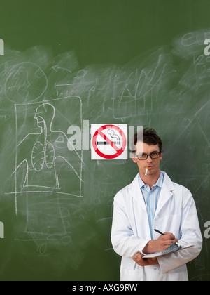 Wissenschaftler-Rauchen in der Nähe von No Smoking Sign - Stockfoto