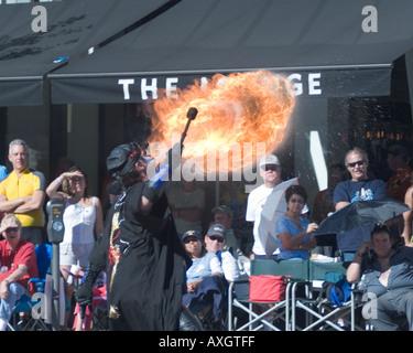 Feuer-Atmung-Parade-Teilnehmer war heiß auf der 29. Doo Dah Parade 2005 wirklich die Aufmerksamkeit der Massen statt, - Stockfoto