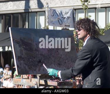 Parade-Teilnehmer auf der 29. Doo Dah Parade 2005 arbeitet an seiner impressionistischen Malerei auf der Paradestrecke - Stockfoto
