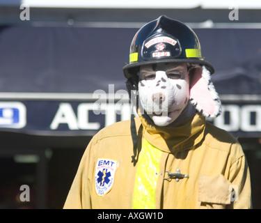 Gekleidet wie ein Dalmatiner der Lieblingshund der Feuerwehr von Tiefeninterviews in der 29. Doo Dah Parade 2005 - Stockfoto