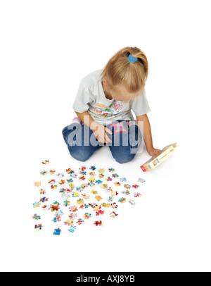 Kleine Mädchen spielen Rätsel - Stockfoto