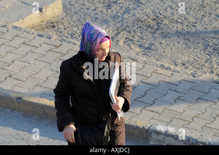 Eine Studentin eine islamische Kopftuch auf dem Campus einer Universität in der Türkei, eine Praxis, die für eine - Stockfoto