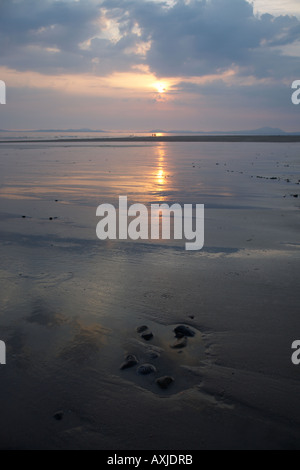 Strand bei Sonnenuntergang im Winter, North Wales, UK - Stockfoto