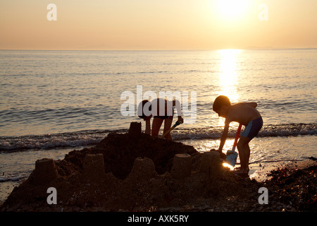 kinder spielen am strand sandburgen stockfoto bild 8575904 alamy. Black Bedroom Furniture Sets. Home Design Ideas