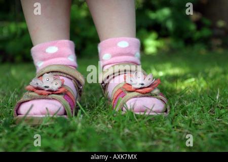 Mädchen tragen Sommersandalen - Stockfoto