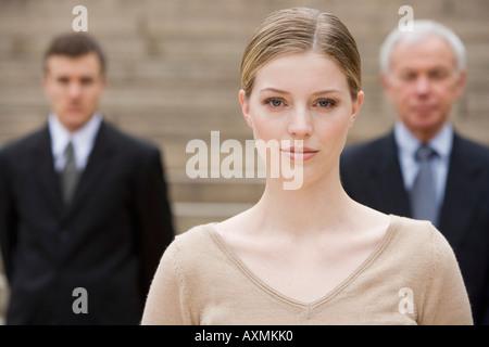 Porträt der Frau mit den Unternehmern im Hintergrund - Stockfoto