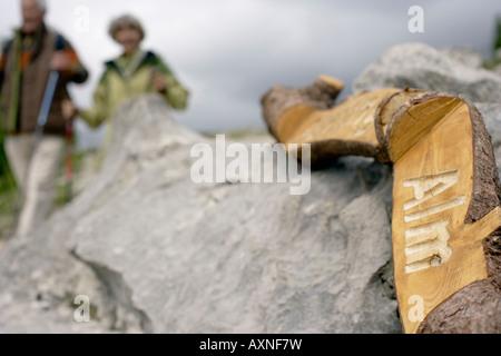 Heterosexuelles Paar Wandern in den Bergen, niedrigen Winkel Ansicht - Stockfoto
