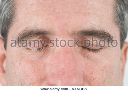 Nahaufnahme von einem mittleren Alters mans Gesicht mit seinen Augen entspannt geschlossen - Stockfoto