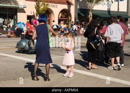 Mädchen aus der Mystik Krewe de Dieux Dah austeilen Perlenschnüre Doo Dah Parade 2005, Colorado Blvd & Pasadena - Stockfoto