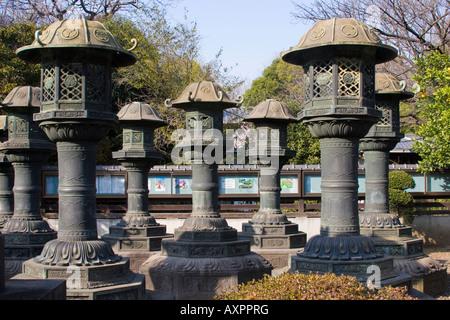 Große Kupfer Laternen am Tōshōgū-Schrein in Ueno-Park verwendet für religiöse Reinigungsritualen Tokio Japan - Stockfoto