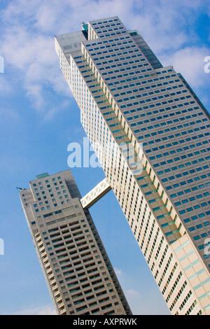 Zwei große Bürogebäude Türme mit geschlossenen Gang dazwischen ausgesetzt - Stockfoto