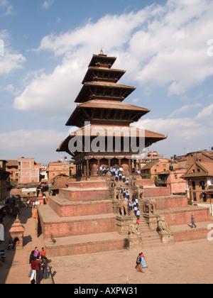Schule Kinder Besuch NYATAPOLA Tempel der Göttin Laxmi Taumadhi Tol Square-Bhaktapur-Kathmandu-Tal Nepal Asien - Stockfoto