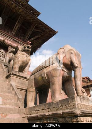 Elefanten-STATUE auf NYATAPOLA Tempel der Göttin Laxmi Taumadhi Tol Square-Bhaktapur-Kathmandu-Tal Nepal Asien - Stockfoto