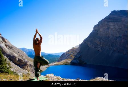 Mann tut Yoga in der Natur - Stockfoto