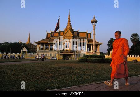 Phnom Penh ein Mönch zu Fuß vor dem königlichen Palast - Stockfoto